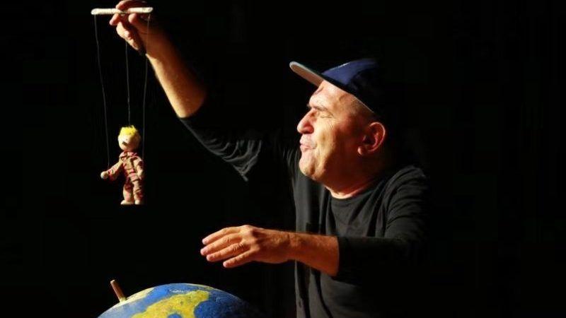 Hit predstava 'Pale sam na svijetu' ponovno u Hrvatskoj i to na Mala scena online!