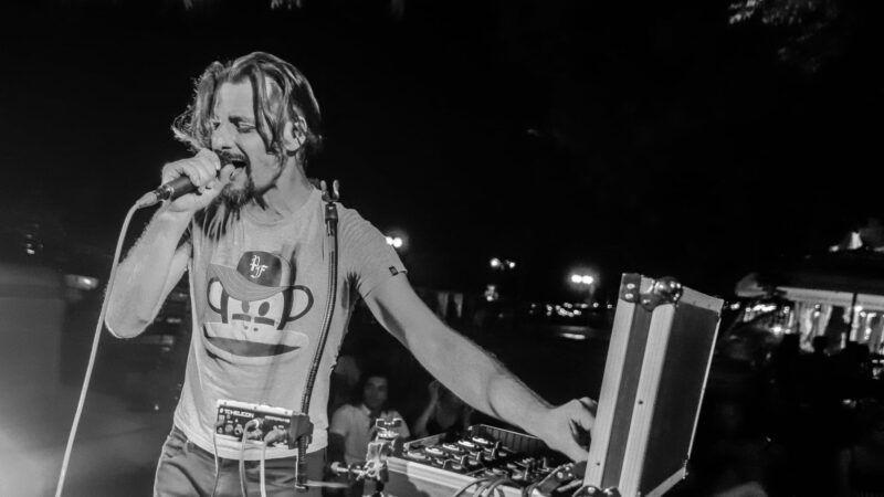 Surka iz svoje beatbox manufakture izbacuje singl inspiriran klupskom scenom 90-ih 'Tražim put'